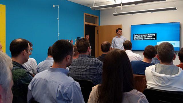 Zuschaueraufnahme des OMT Club Treffens, von hinten in Richtung Bildschirm fotografiert.
