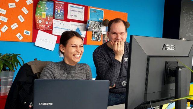 SEO Trainee und SEO Manager bei gemeinsamer Aufgabe am PC.