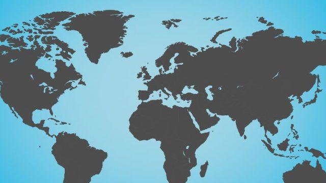 Eine graue Weltkarte auf blauem Hintergrund. Headerbild für den Blogbeitrag Fallstricke im internationalen SEO