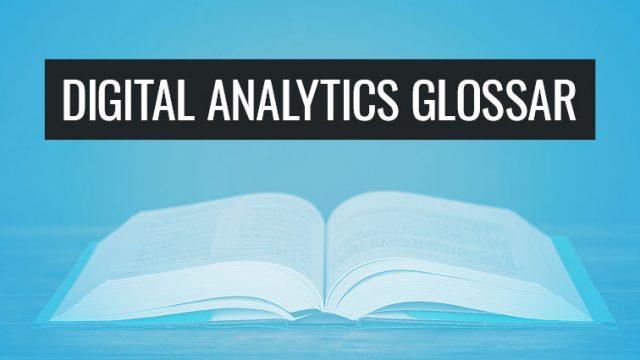 """Das Bild zeigt ein aufgeschlagenes Buch, über dem der Text """"Digital Analytics Glossar"""" steht."""